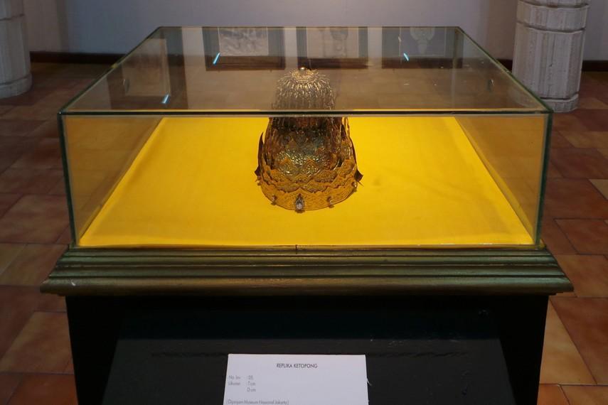 Ketopong atau mahkota ini pernah dikenakan oleh Sultan Aji Muhamad Sulaiman pada tahun 1845-1899
