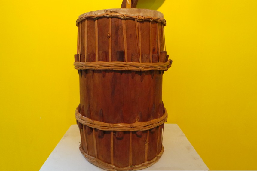 Gendang kecil yang memiliki dua sisi tabuh ini menjadi salah satu alat musik tradisional di Indonesia