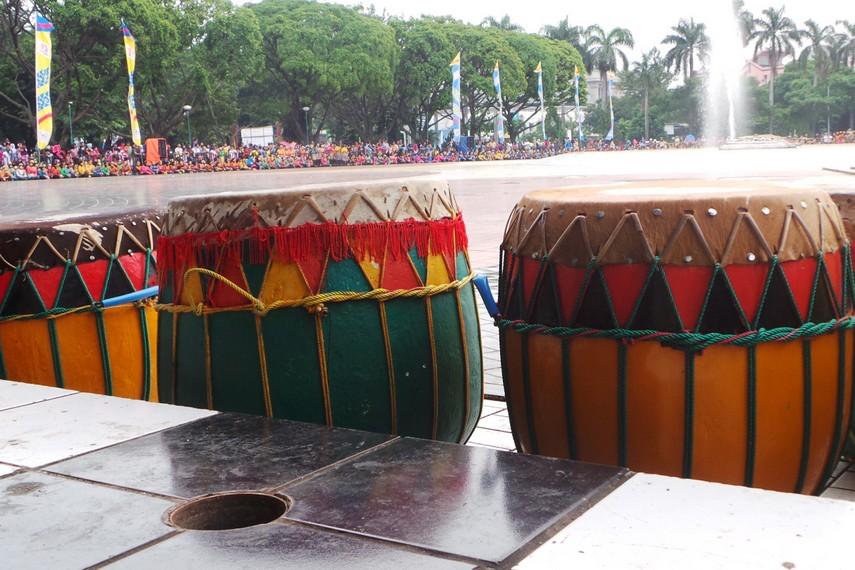 Dol merupakan gendang khas asal Bengkulu yang biasanya dimainkan beramai-ramai