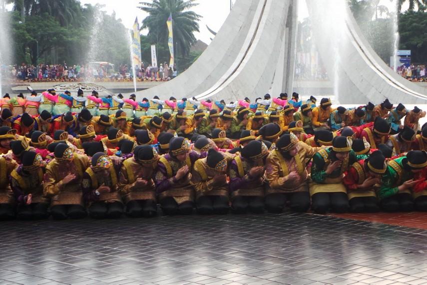 Sekitar 1700 penari dengan pakaian khas penari aceh ini berbaris memenuhi seluruh area Tugu Api untuk melakukan tari ratoh jaroe