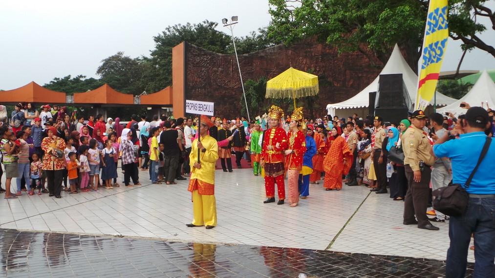 Minggu sore 19 april lalu Taman Mini terlihat lebih semarak dari biasanya berkat parade budaya nusantara