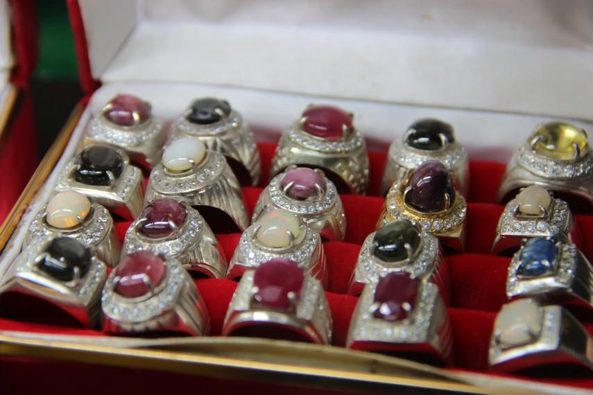 Aneka batu mulia yang indah dilihat telah dipasangkan pada cincin menjadi salah satu suvenir khas dari Martapura
