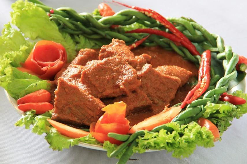 Asam pandeh daging adalah salah satu kuliner khas Minang yang sekilas tektur dan bentuknya mirip rendang