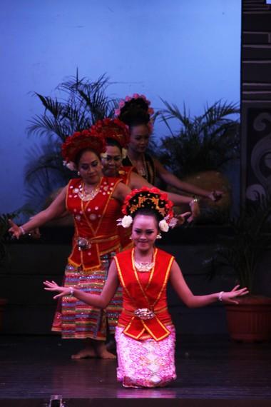 Bagong Kussudiardja sebagai pencipta tari yapong merupakan seniman tari produktif yang sudah menciptakan ratusan tari tradisional