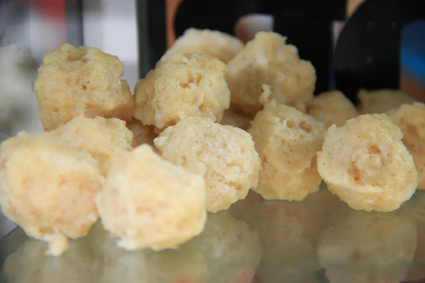 Bakso ikan ekor kuning berbahan dasar ikan ekor kuning hasil tangkapan para nelayan yang terkenal memiliki rasa yang gurih dan enak
