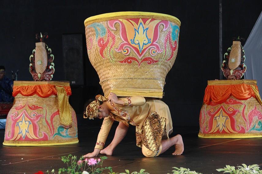 Bakul besar atau dalam bahasa Sunda disebut boboko menjadi media yang digunakan dalam tari boboko mangkup