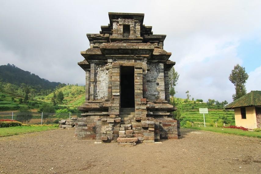 Candi Dwarawati terletak di lereng Gunung Prahu, tepatnya di Desa Dieng Kulon, Kecamatan Batur, Kabupaten Banjarnegara