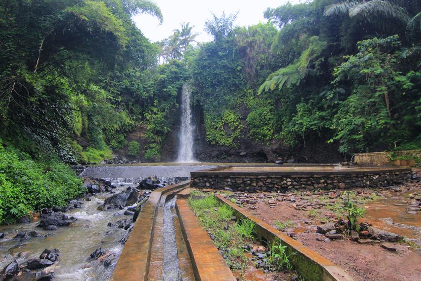 Curug Bangkong terletak di Desa Kertawiratma, Kecamatan Nusaherang,  Kuningan, Jawa Barat