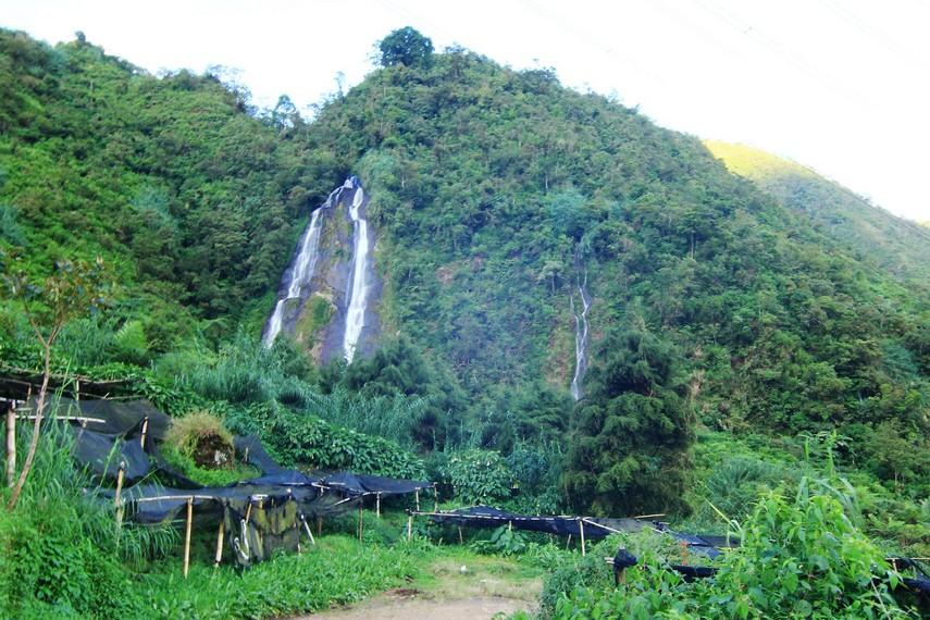 Curug Sikarim terletak di Desa Mlandi, Kecamatan Garung, Kabupaten Wonosobo