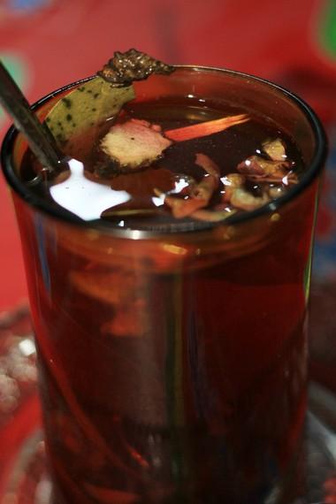 Dalam bahasa Jawa, 'wedang' berarti minuman dan 'uwuh' berarti sampah berupa dedaunan kering. Nama lain minuman ini adalah teh sampah