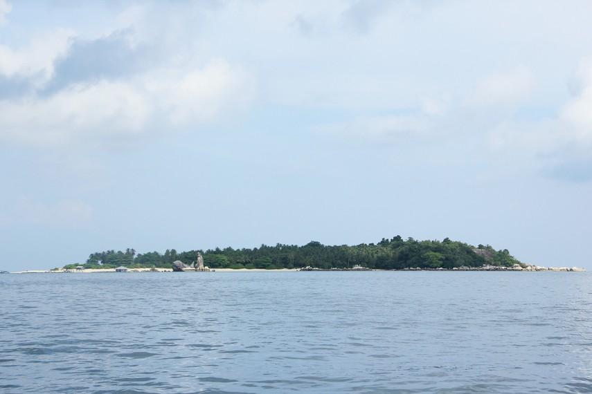 Dari kejauhan, pulau ini terlihat seperti seekor burung dan masyarakat memberi nama pulau ini dengan sebutan Pulau Burung