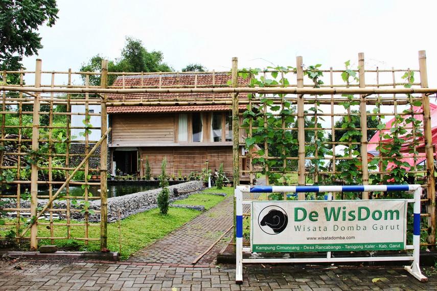 De Wisdom terletak di Kampung Cimuncang, Desa Rancabango, Garut