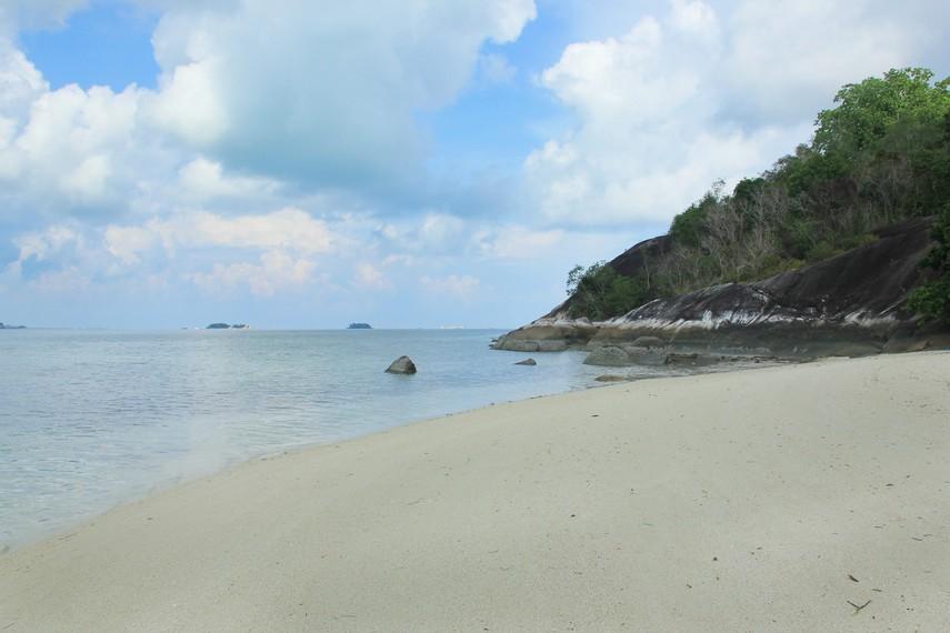 Di antara pulau-pulau yang ada di sekitar Pantai Tanjung Kelayang, Pulau Pegadoran termasuk yang jarang didatangi wisatawan