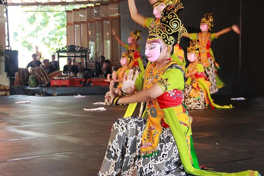 Dua sisi kehidupan manusia menjadi inspirasi dari tari kedok ireng tarian yang berasal dari Jawa Barat