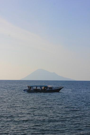 Pantai Malalayang terletak di Kota Manado dan menjadi salah satu favorit bagi masyarakat lokal