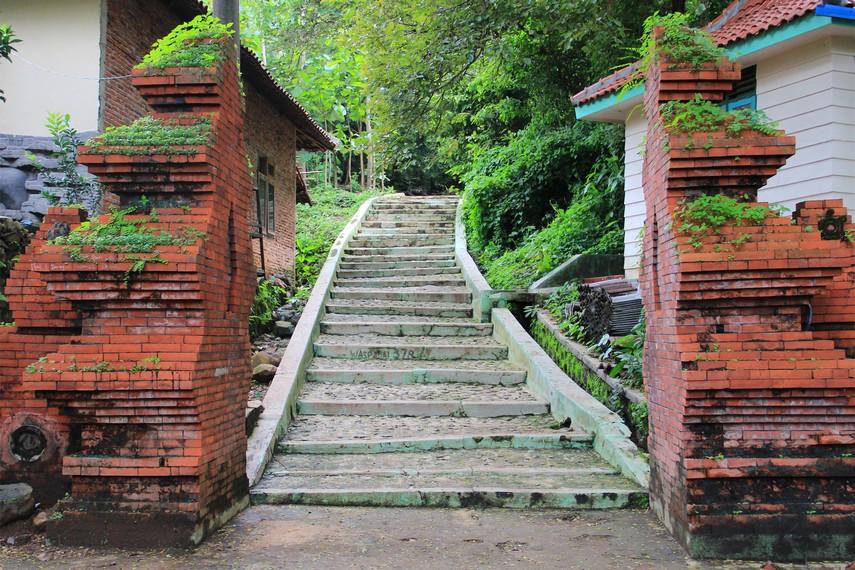 Gapura bergaya Hindu menjadi gerbang pembuka sebelum memasuki wisata Plangon