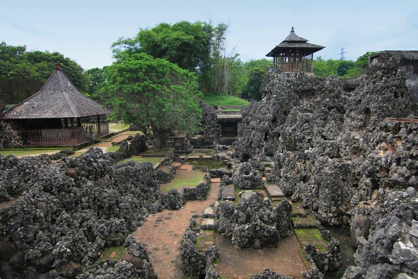 Letak Gua Sunyaragi berada di Kelurahan Sunyaragi, Kecamatan Kesambi, Cirebon