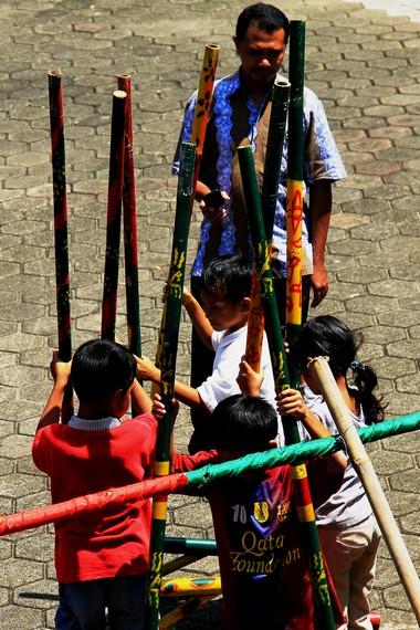 Hantaman modernisasi tidak membuat anak-anak lupa akan permainan tradisional nusantara