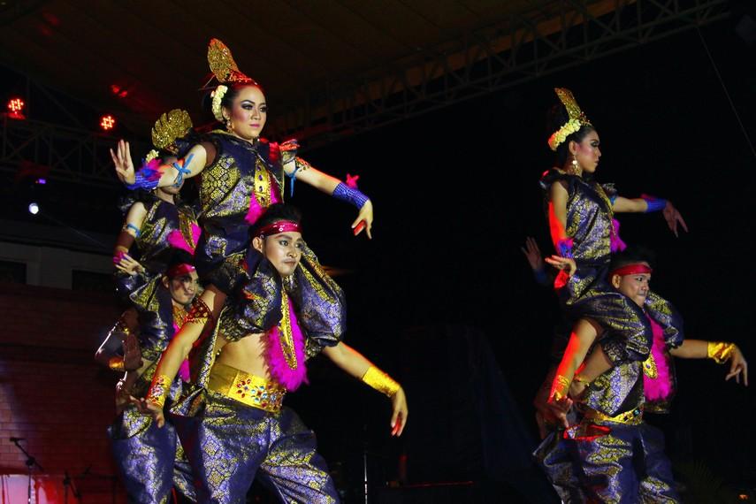 Tari Legenda Danau Ranau merupakan tari kreasi yang terinspirasi dari folklor yang berkembang di masyarakat sekitar Danau Ranau