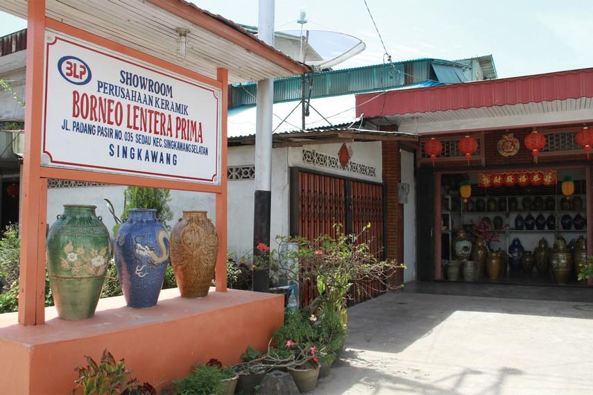 Showroom bernama Borneo Lentera Prima di Desa Sakok menawarkan keramik-keramik dengan berbagai bentuk dan ukuran yang bisa dipilih sesuai selera