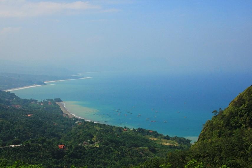 Puncak Habibi terdapat di kawasan Pelabuhan Ratu, Sukabumi, Jawa Barat