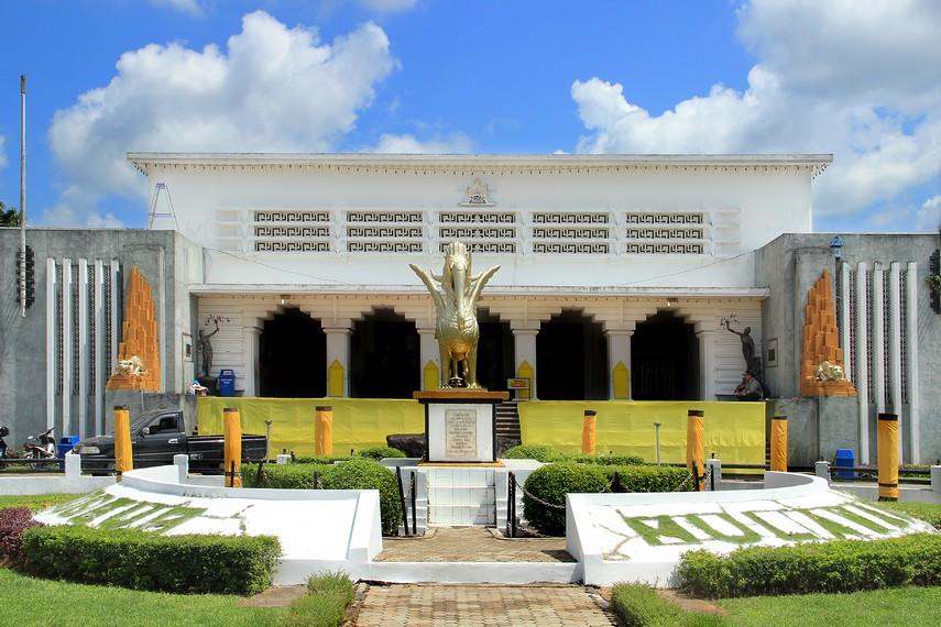 Bangunan museum ini dahulu merupakan istana Kesultanan Kutai yang dibangun pada tahun 1936