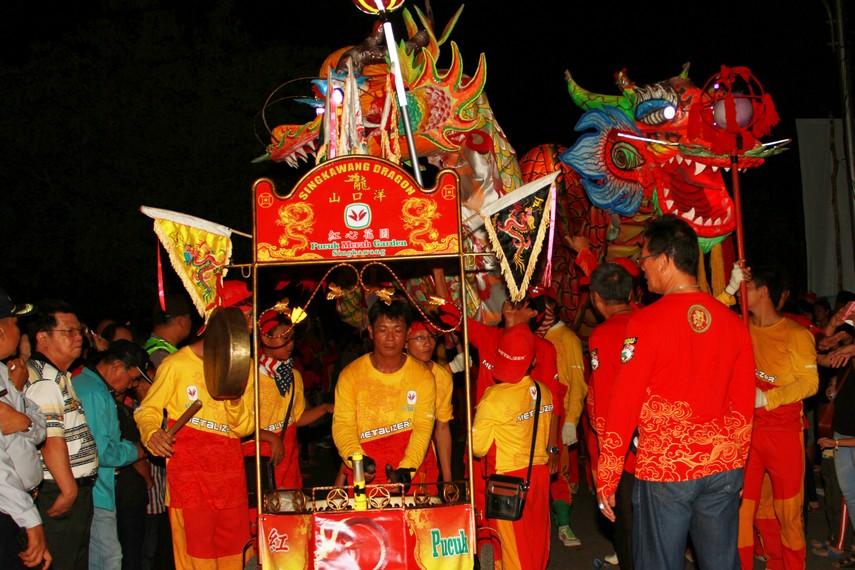 Untuk memperingati hari besar Imlek, di Singkawang diselenggarakan berbagai macam festival yang membuat kota ini semarak salah satunya festival lampion
