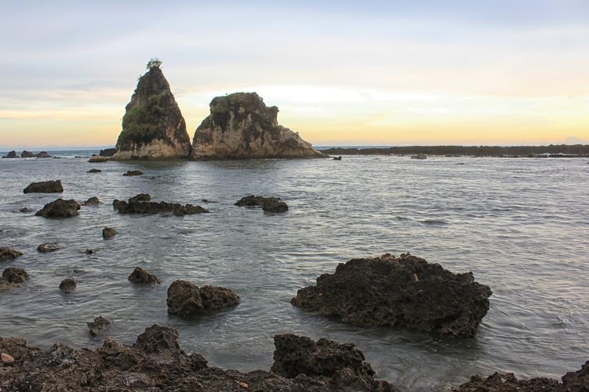 Pantai Tanjung Layar berada Di Desa Sawarna, Kabupaten Lebak, Banten.