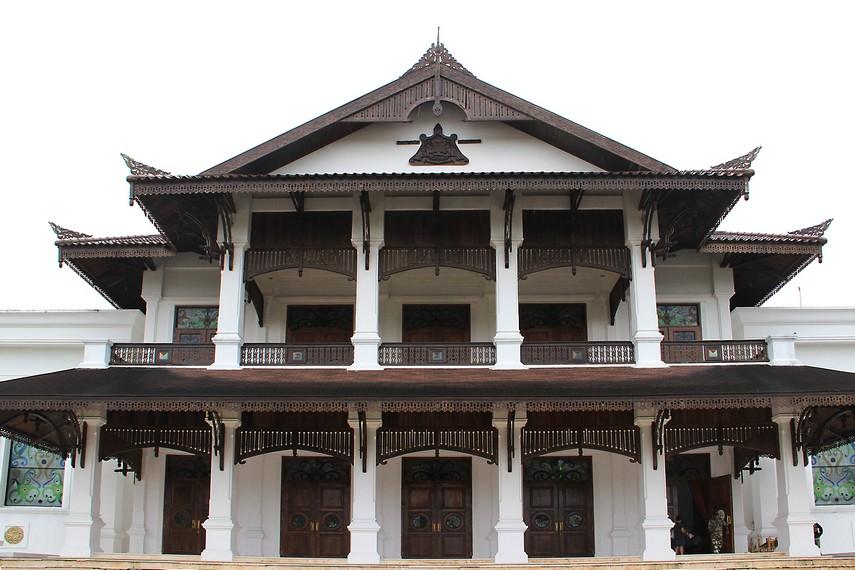 Arsitektur bangunan Kedaton Kutai mengadaptasi desain istana pada masa Aji Muhammad Alimuddin (1899-1910 M)