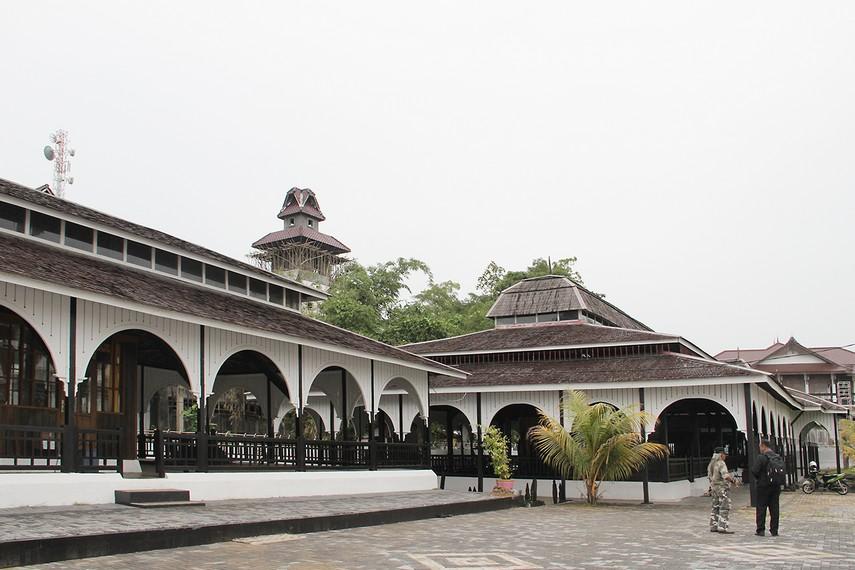 Kompleks Makam Kesultanan Kutai Kartanegara terletak di sebelah selatan gedung Keraton Kutai Kartanegara