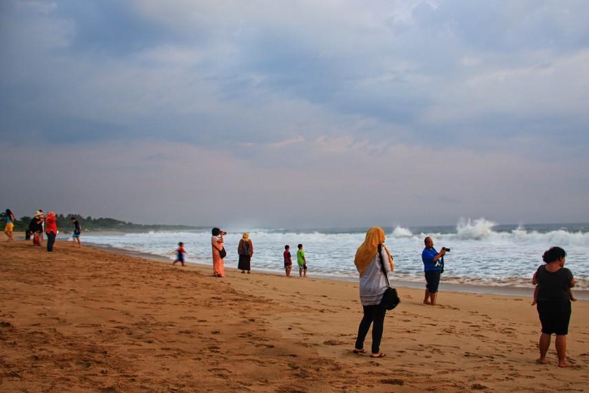 Pantai Pangumbahan berada di Desa Pangumbahan, Kabupaten Sukabumi, Jawa Barat