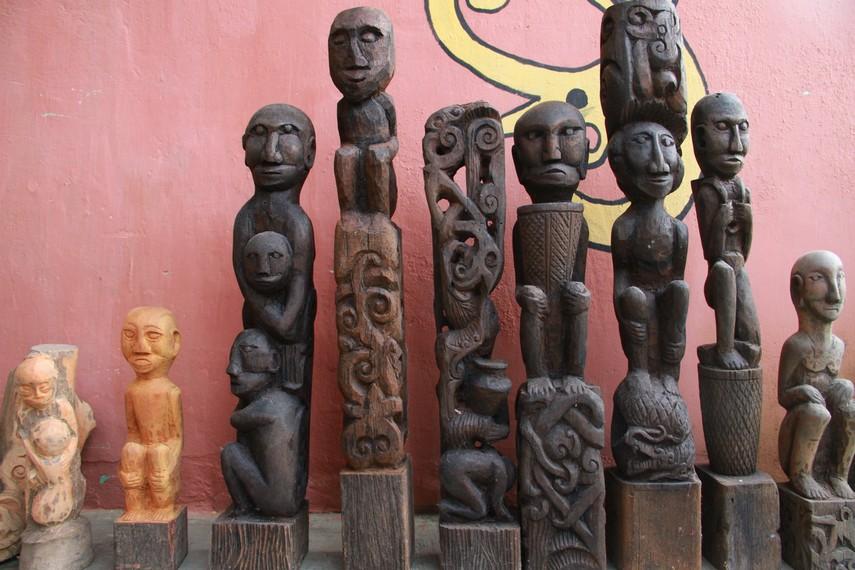 Patung bagi masyarakat Kalimantan terutama Kalimantan Barat memiliki ikatan kuat dengan nenek moyang yang dibuat dengan ritual tertentu
