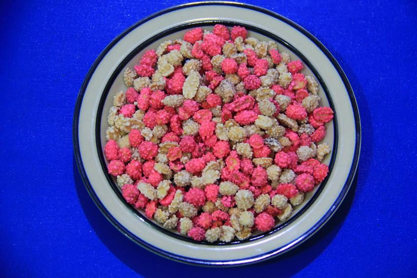 Kacang goyang, kudapan khas Manado yang terlihat begitu menarik mata karena bentuk dan teksturnya yang bewarna-warni