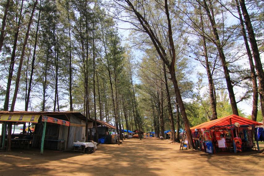 Pantai ini berjarak sekitar 10 km dari pusat kota padang, berada di balik kawasan wisata Gunung Padang