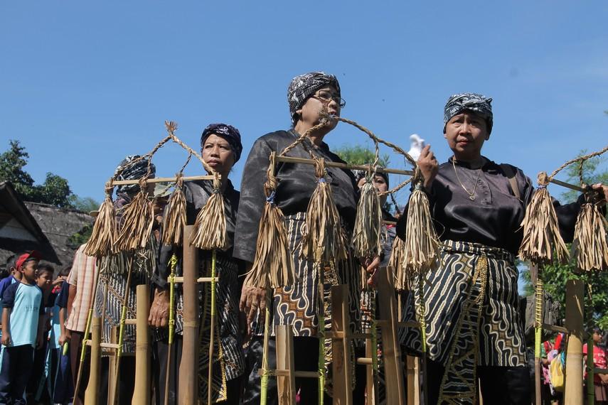 Angklung gubrag merupakan salah satu bentuk seni yang lahir dari pola masyarakat Sunda yang agraris