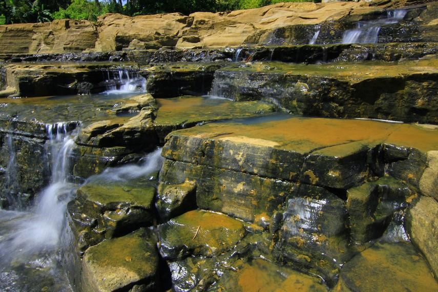 Air Terjun Luhur terletak di Desa Surade, Sukabumi, Jawa Barat