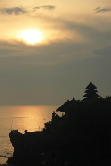 Menyaksikan siluet pura dengan latar langit sore yang menjingga akan menjadi kenangan mendalam di Tanah Lot