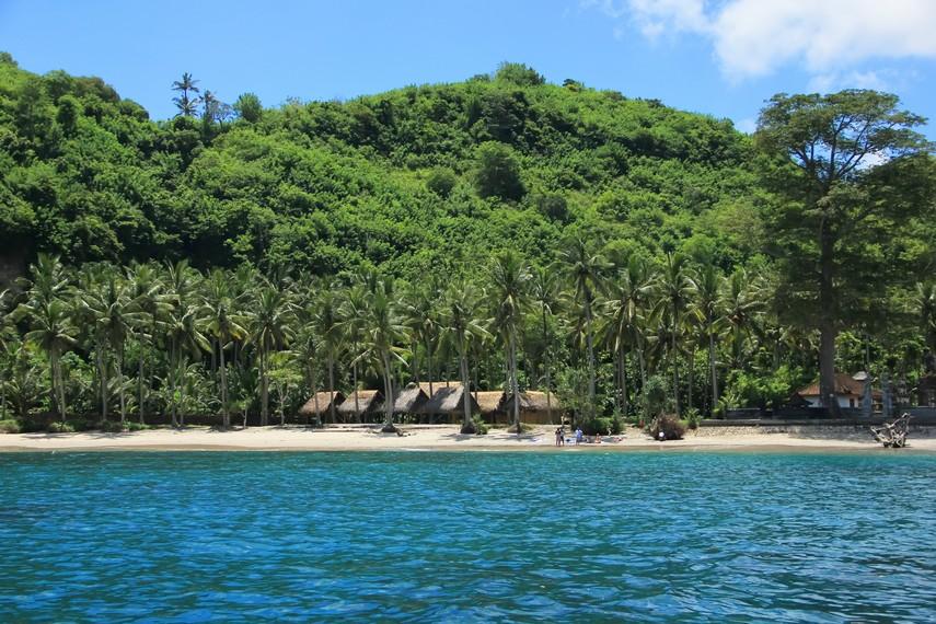 Dengan luas 200 kilometer persegi, Nusa Penida dianugerahi pantai eksotis yang dikelilingi hutan dan perbukitan yang belum terjamah