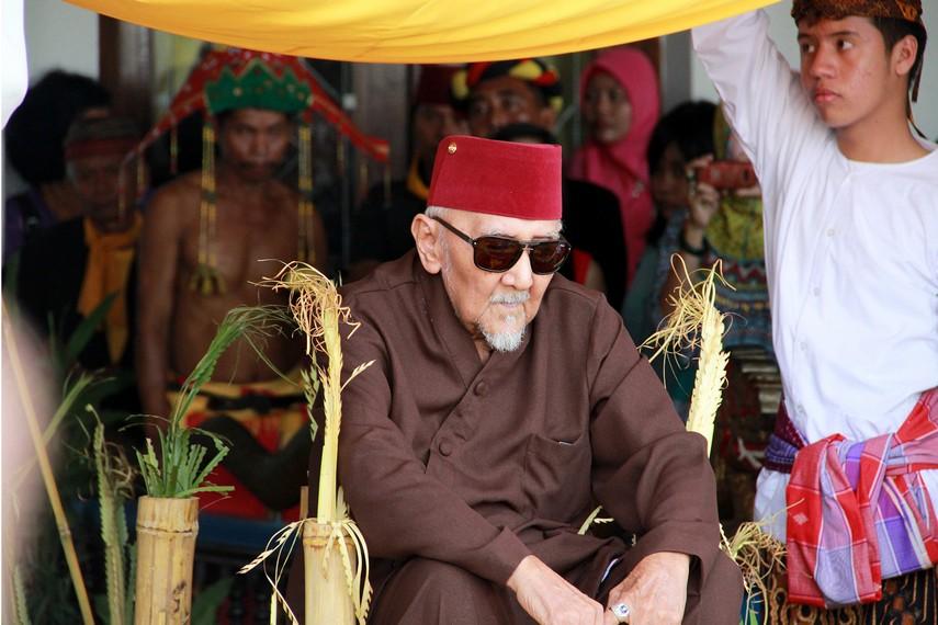Dalam beluluh, Sultan duduk diatas balai bambu dengan dinaungi 'kirab tuhing'