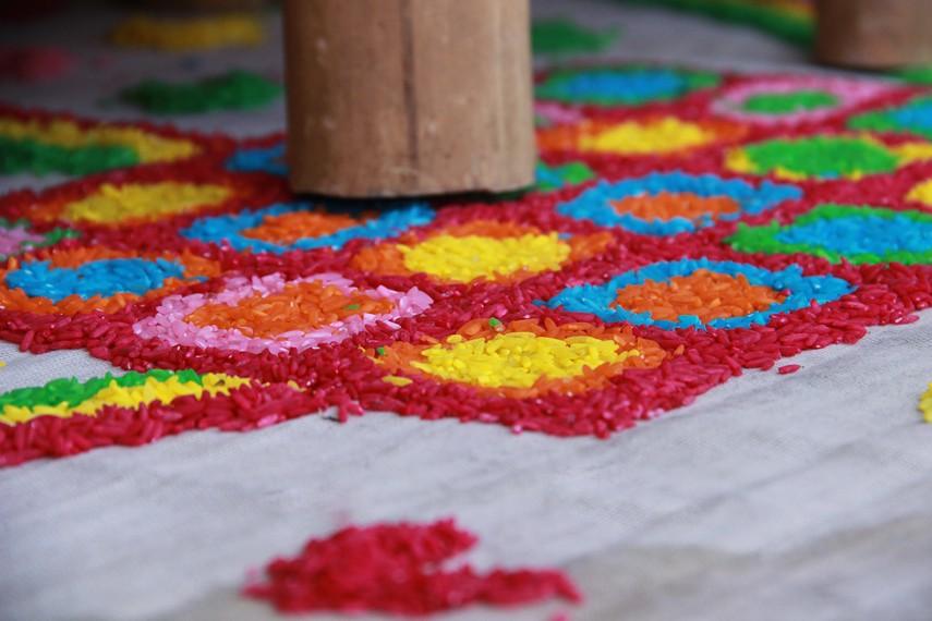 Tambak karang merupakan lukisan yang digunakan sebagai alas ritual, terbuat dari beras yang diberi berbagai macam warna
