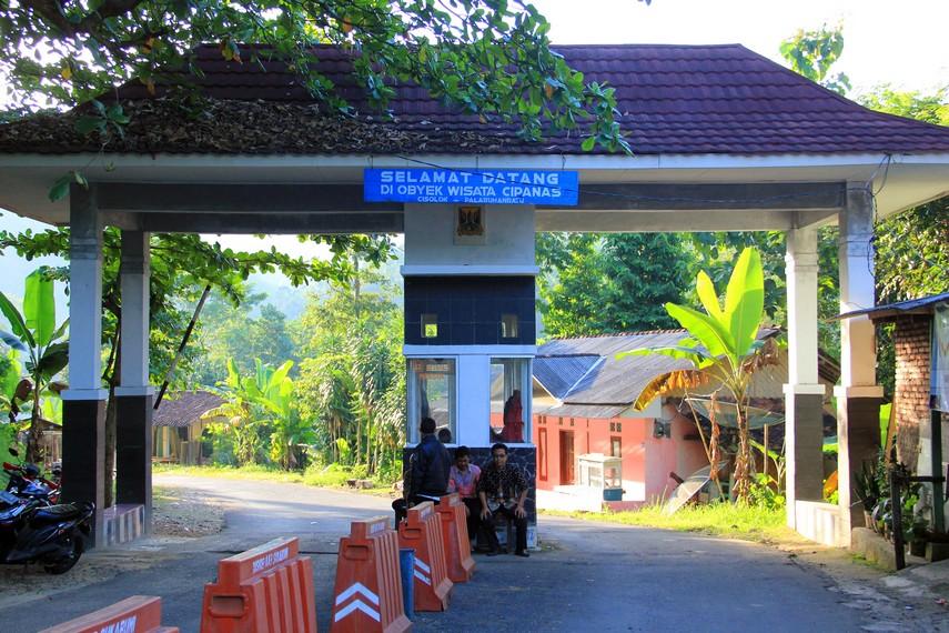 Pemandian Cipanas terletak di Desa Cisolok yang berjarak 15 km dari Kota Pelabuhan Ratu