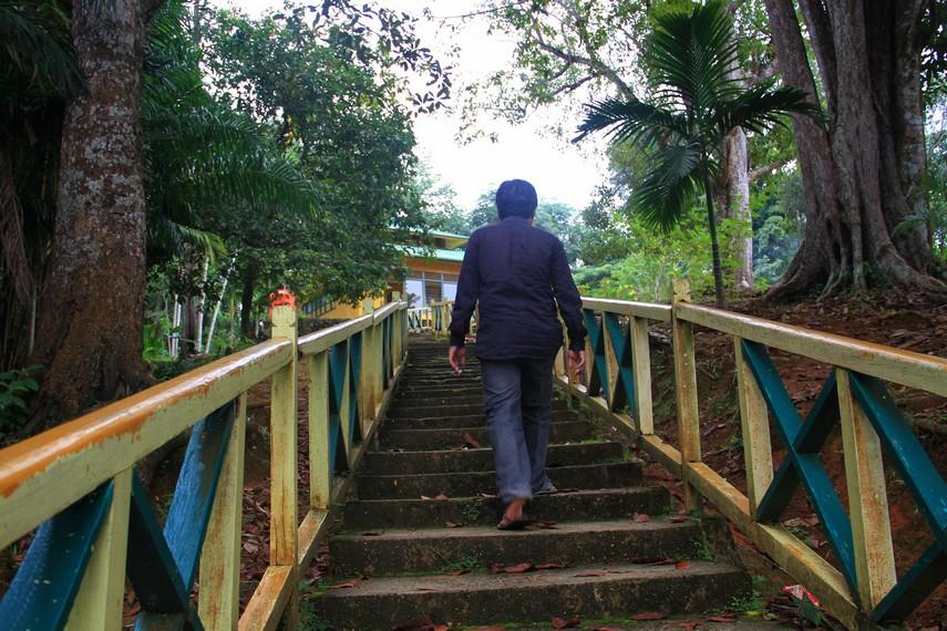 Letaknya yang berada di atas bukit mengharuskan pengunjung berjalan dengan medan tanjakan untuk sampai di Makam Daeng Manambon