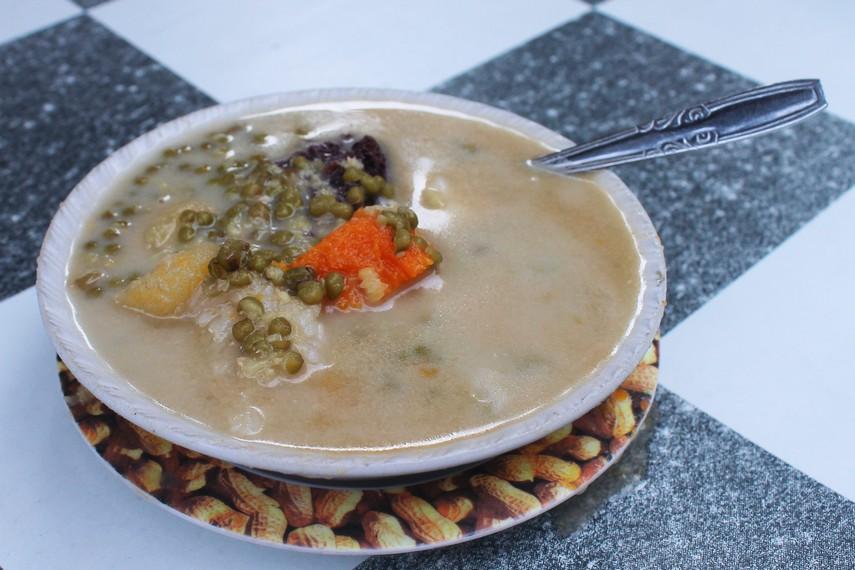 Semangkuk bubur kampiun menjadi menu sarapan yang khas dari Minangkabau