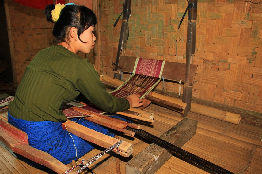 Kegiatan menenun bagi Suku Baduy merupakan kegiatan yang dilakukan oleh kaum wanita