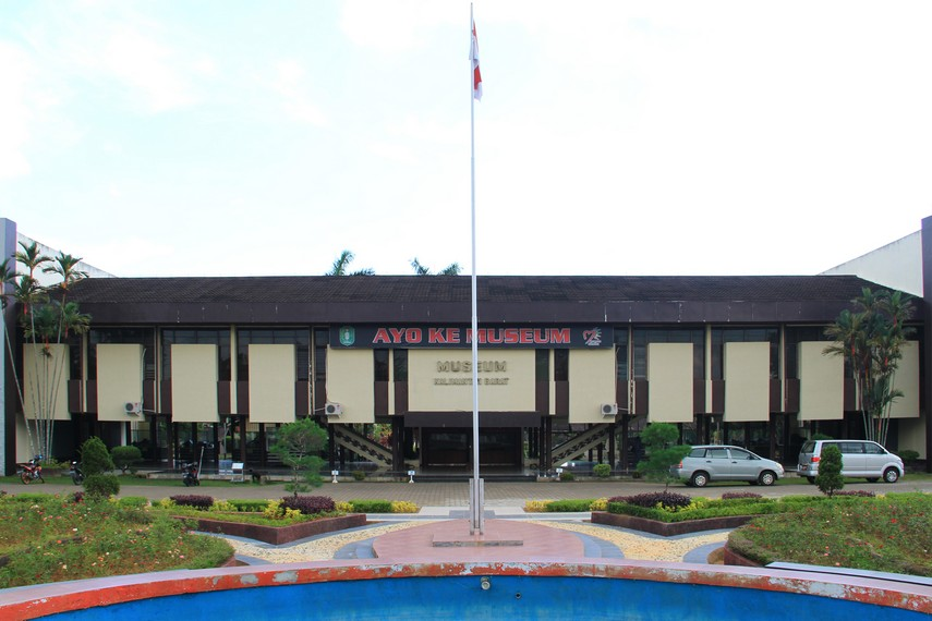 Museum Provinsi Kalimantan Barat, museum yang menyimpan koleksi khas suku Dayak seperti rumah langun, sandung, dan aneka jenis patung-patung khas Dayak