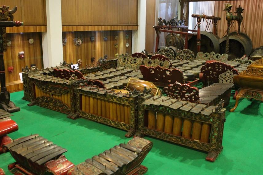 Gamelan atau di Bali dikenal dengan sebutan gambelan biasa digunakan dalam acara-acara prosesi ritual adat