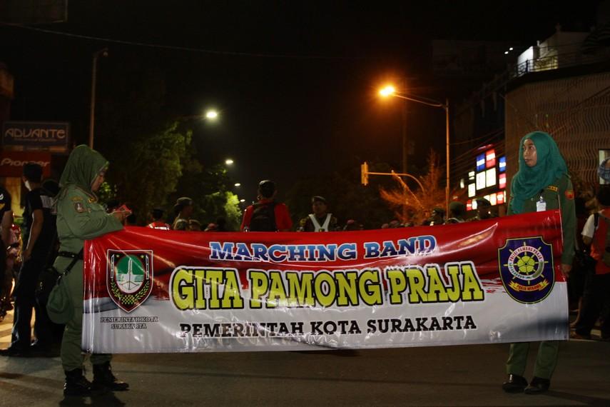 Pasukan Marching Band dari Pemkot Solo menjadi pasukan yang berada pada barisan paling depan pada parade Solo Karnaval ini