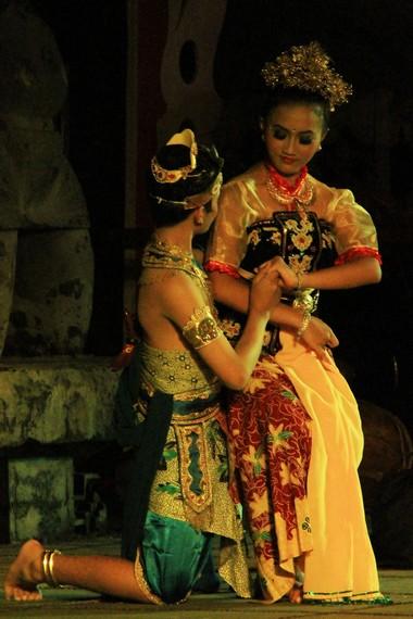 Giri Gora Dahuru Daha merupakan sendratari yang mementaskan kembali kisah Calon Arang ke dalam sebuah tari kreasi