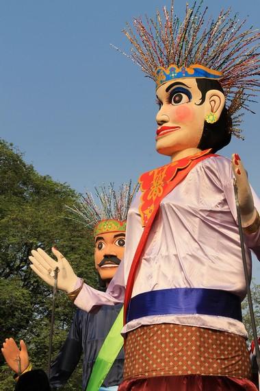 Ondel-ondel merupakan kesenian boneka yang konon sudah ada sejak masa pra-Islam di Pulau Jawa
