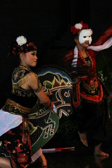 Tari Ambarang mengadopsi tiga tarian Jawa Timur, yaitu jaranan, tari pentul, dan barong